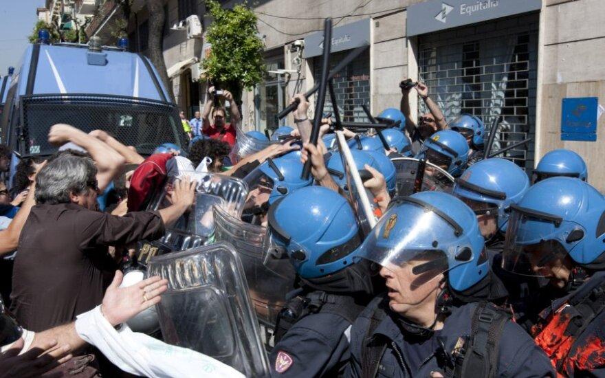 """Protestai prie Italijos mokesčių rinkimo agentūros """"Equitalia"""""""