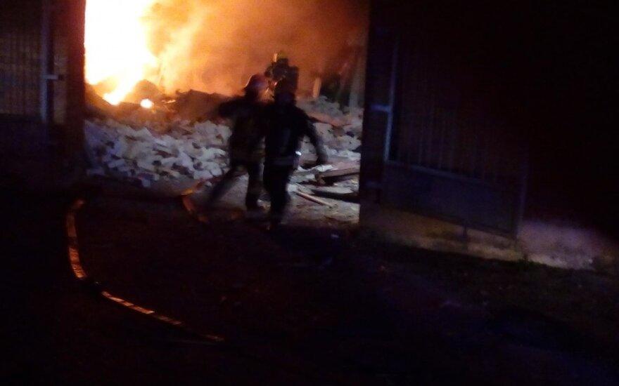 В Паневежисе прогремел взрыв: обнаружено тело, полностью уничтожены 5 гаражей