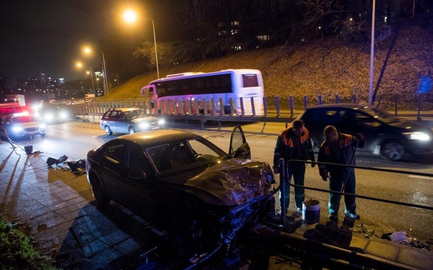 В Вильнюсе управляемый женщиной VW Passat ехал как танк: раздавил ограду и снёс столб
