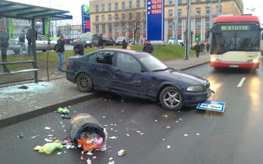В Вильнюсе BMW въехал в павильон с людьми на остановке