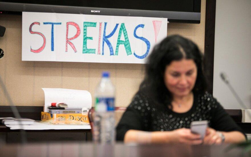 Бастующих учителей оставили без социального страхования
