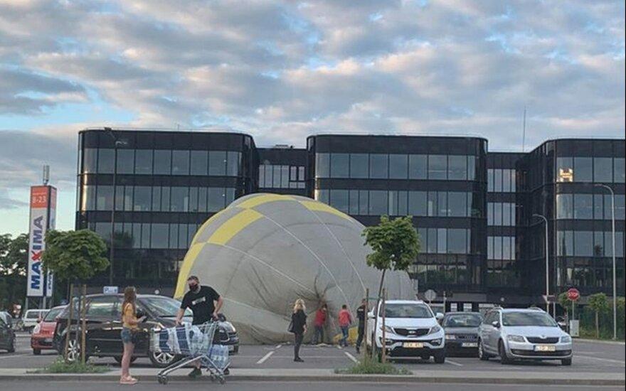 В центре Каунаса аварийную посадку совершил воздушный шар
