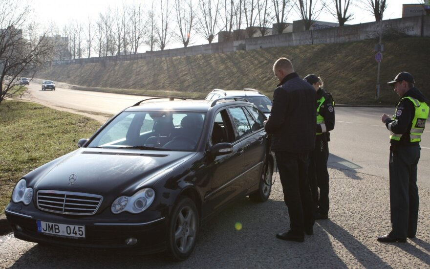 Утренний рейд в Вильнюсе: водитель Mercedes без прав ездил 5 лет