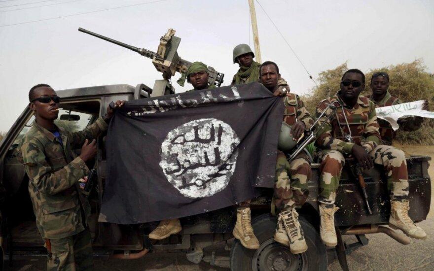 """Nigerijos kariai laiko """"Boko Haram"""" kovotojų vėliavą"""