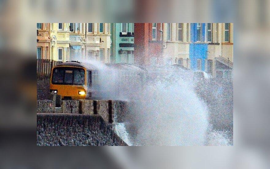"""В Британии шторм """"смыл"""" железнодорожное полотно"""