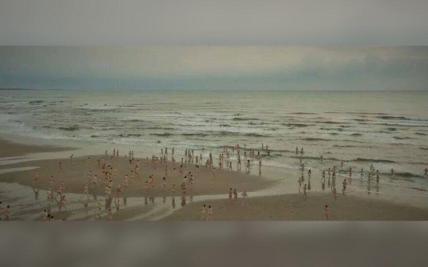 Setki osób rozebranych do naga kąpało się lodowatej wodzie