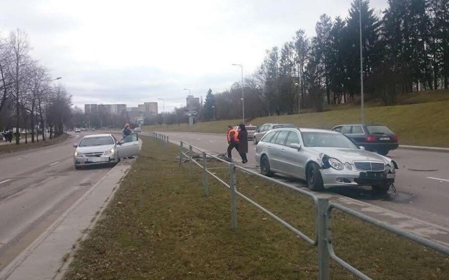 """ДТП в Алитусе: Mercedes """"перелетел"""" через защитное ограждение"""