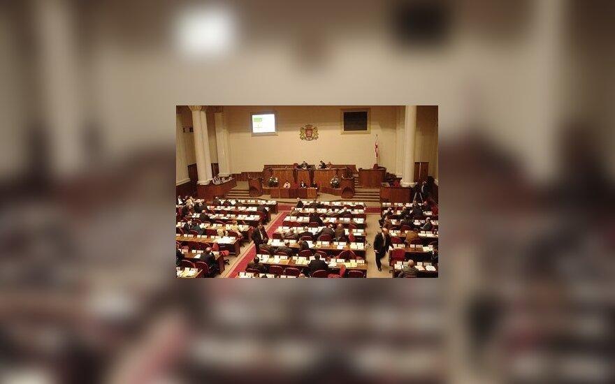 Gruzijos Parlamento salė palyginti kukli.