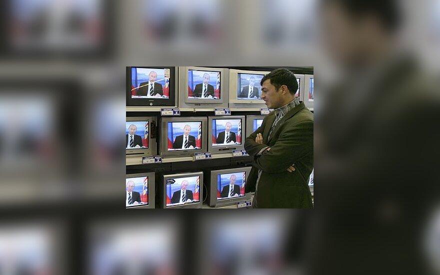Vyras stebi,  kaip Vladimiras Putinas atsakinėja į klausimus
