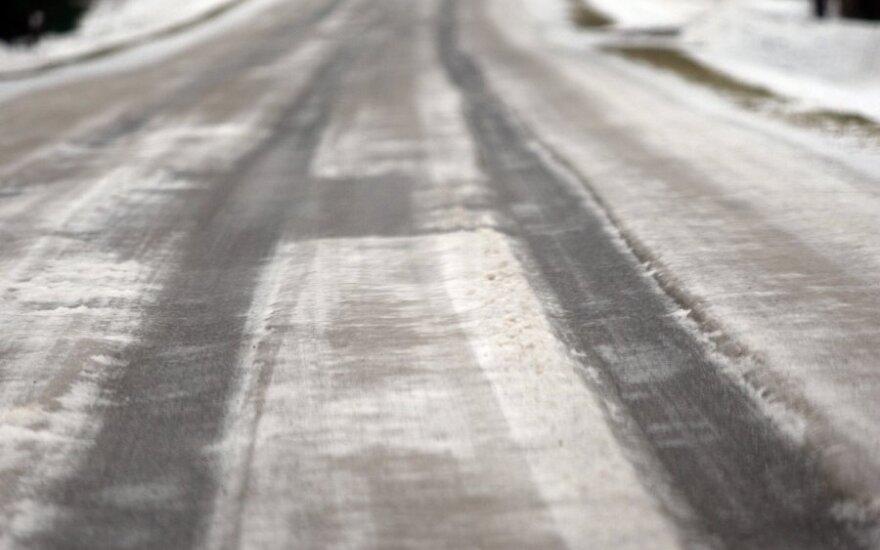 Условия движения усложняет гололед, туман и снег