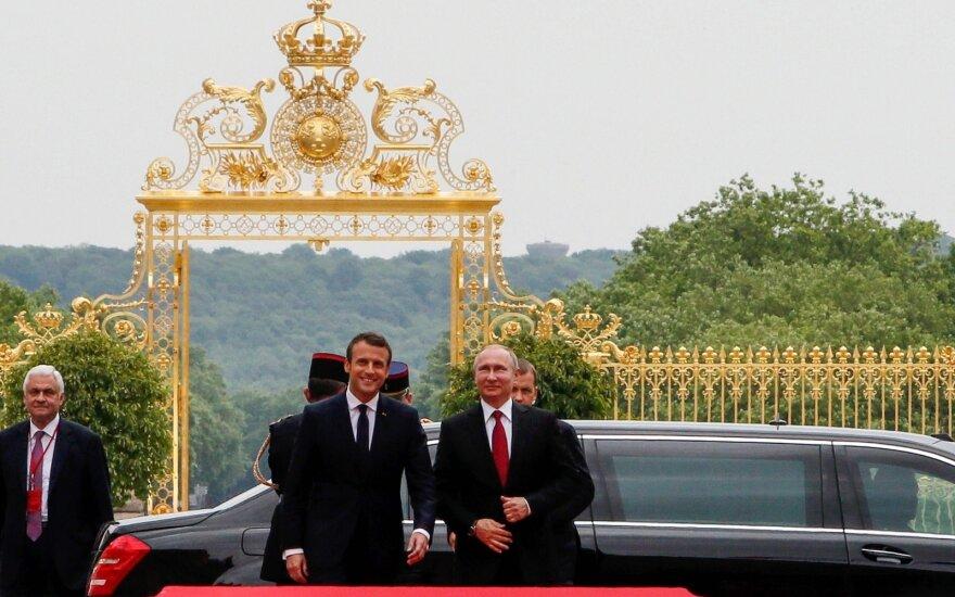 СМИ: в Версале Эммануэль Макрон укрощает царя Путина