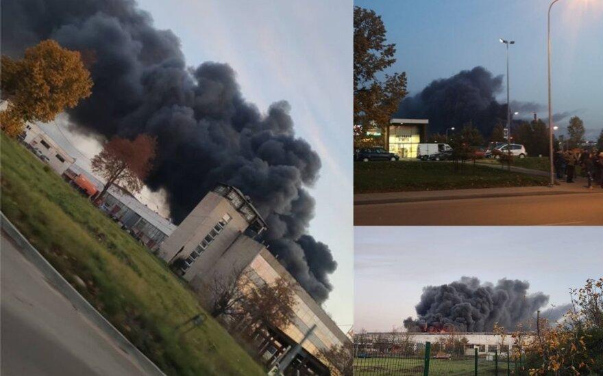 Большой пожар в Алитусе: горит огромное здание с покрышками