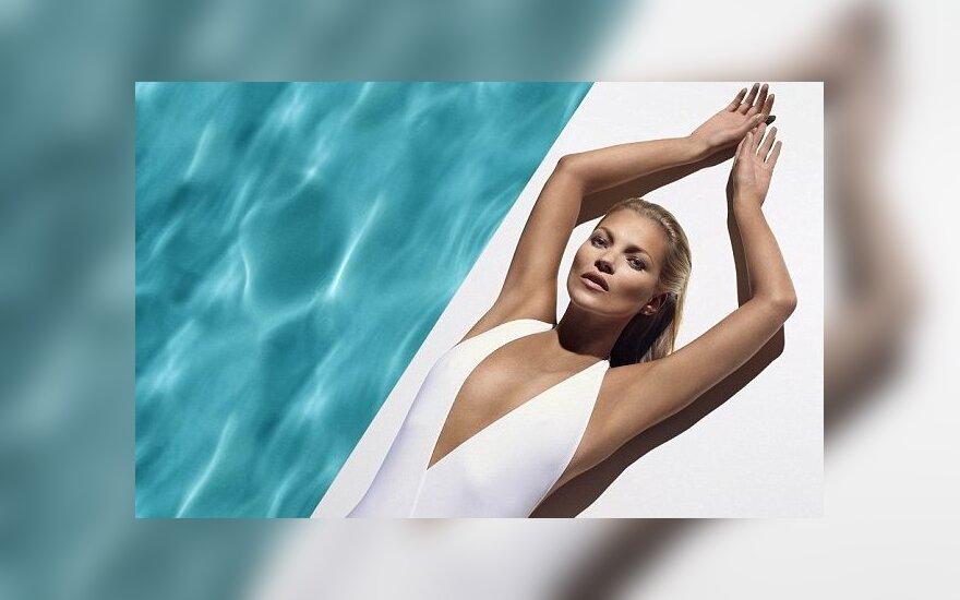 """Kate Moss """"St. Tropez"""" įdegio produktų reklamoje"""