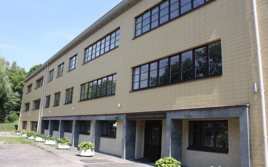 Szkoła na Lipówce. By Prancuze - Mano darbas, CC BY-SA 4.0, https://commons.wikimedia.org/w/index.php?curid=34243012