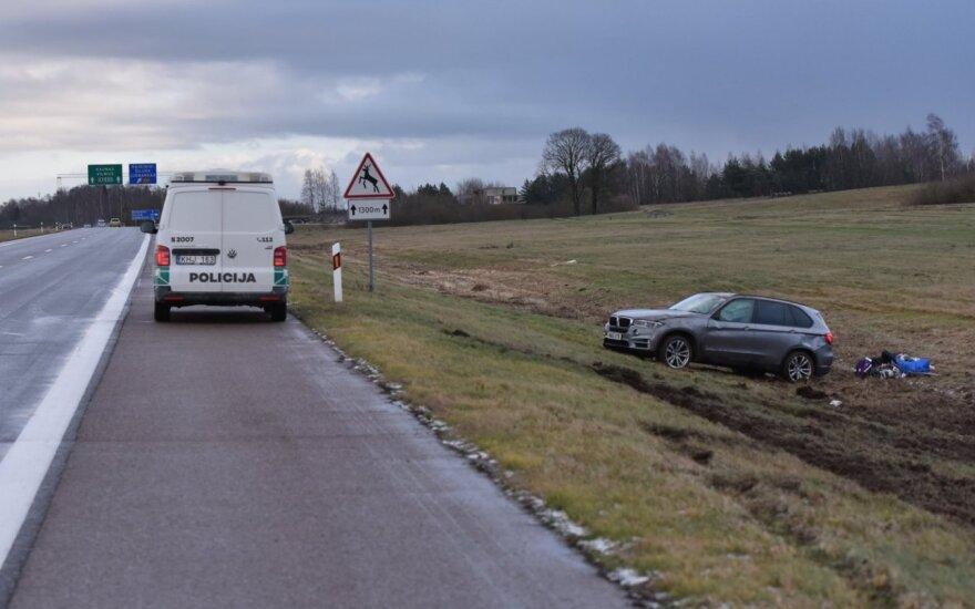 На магистрали Клайпеда-Вильнюс образовались скользкие участки: перевернулся автомобиль