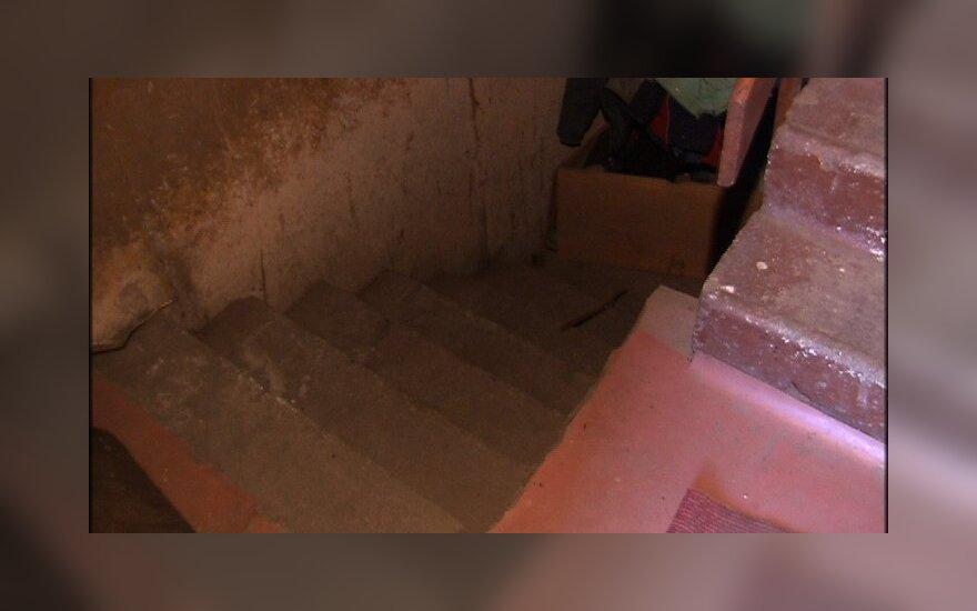 Тело жестоко убитой женщины спрятали под лестницей