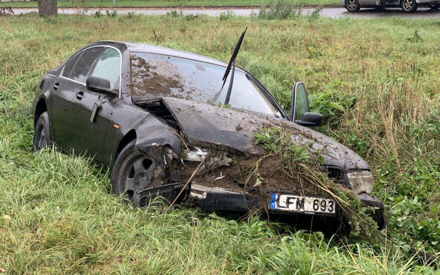 В Вильнюсе с дороги съехал BMW, водитель сбежал