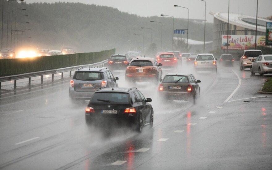 Во время ливня в пятницу в Вильнюсе зафиксировали восемь водомоин и провалов
