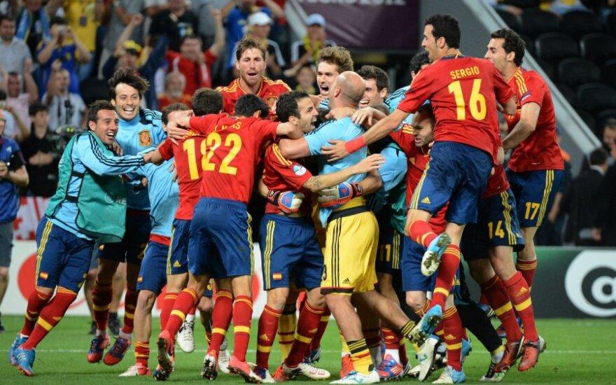 Ispanijos futbolininkai džiaugiasi pergle prieš portugalus