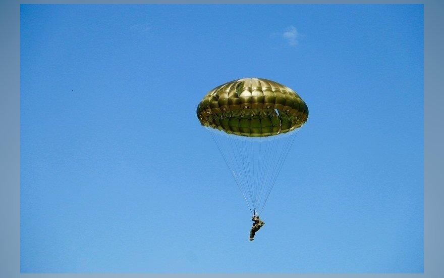 В Неринге упал парашютист