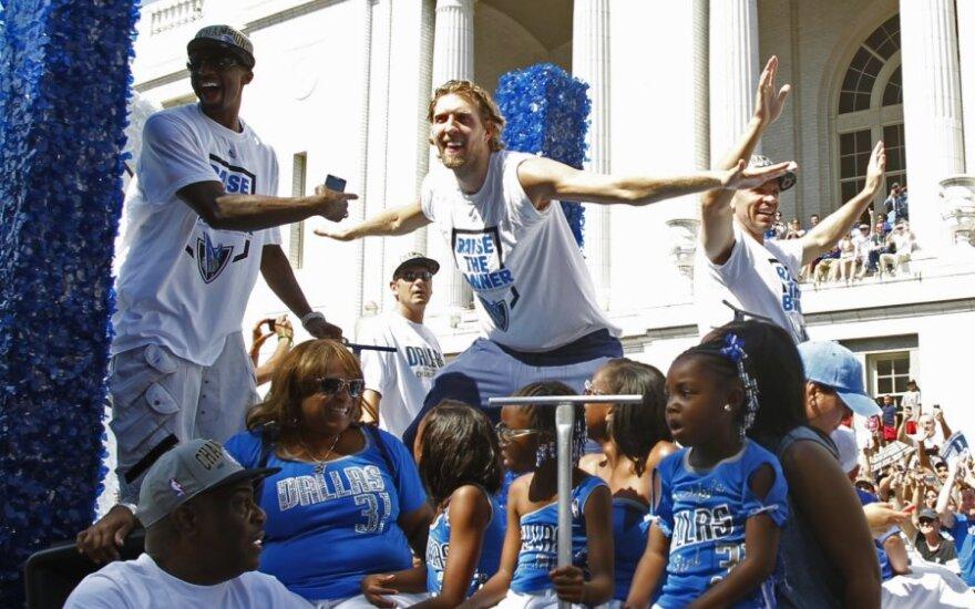 На парад в Далласе вышли 250 000 человек