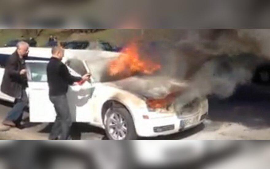В Вильнюсе загорелся лимузин