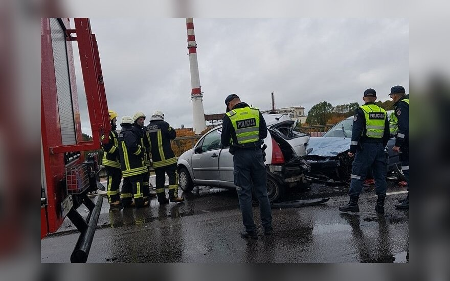 Выясняются обстоятельства ДТП в Клайпеде: мастер автосервиса взял машину без разрешения