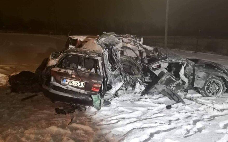 В Кретингском районе BMW врезался в дерево, два человека погибли