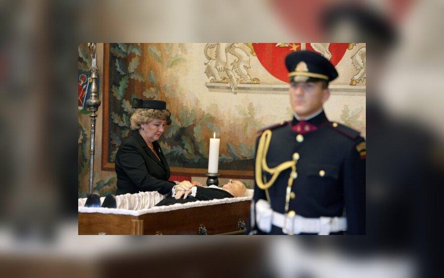 Kristina Brazauskienė prie pašarvoto prezidento Algirdo Brazausko