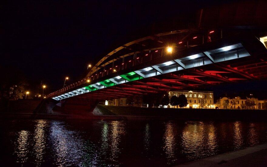 Vilniaus tiltai nušviesti Libano vėliavos spalva / Kastyčio Mačiūno nuotr.