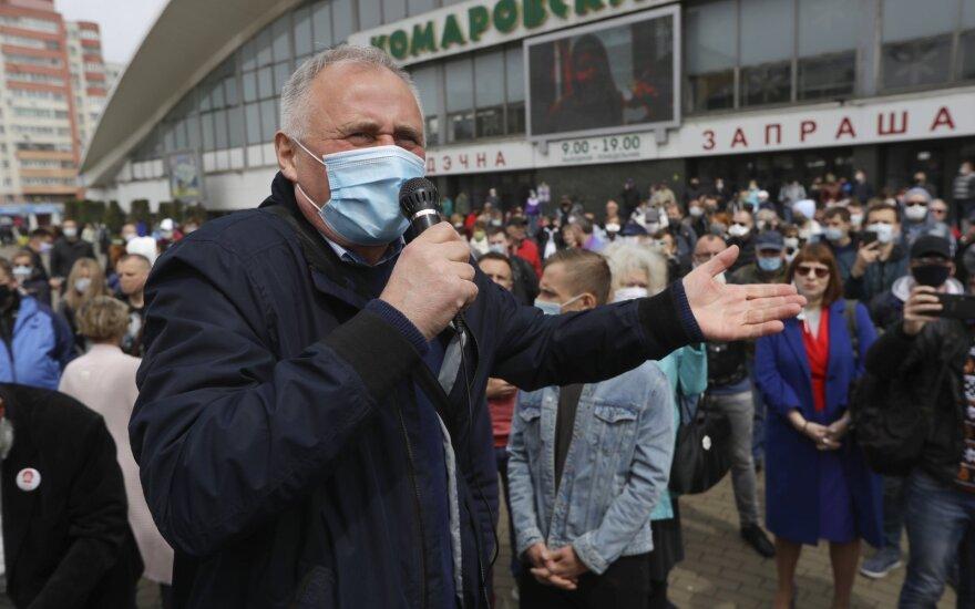 Белорусы стоят в очереди, чтобы подписаться за соперников Лукашенко