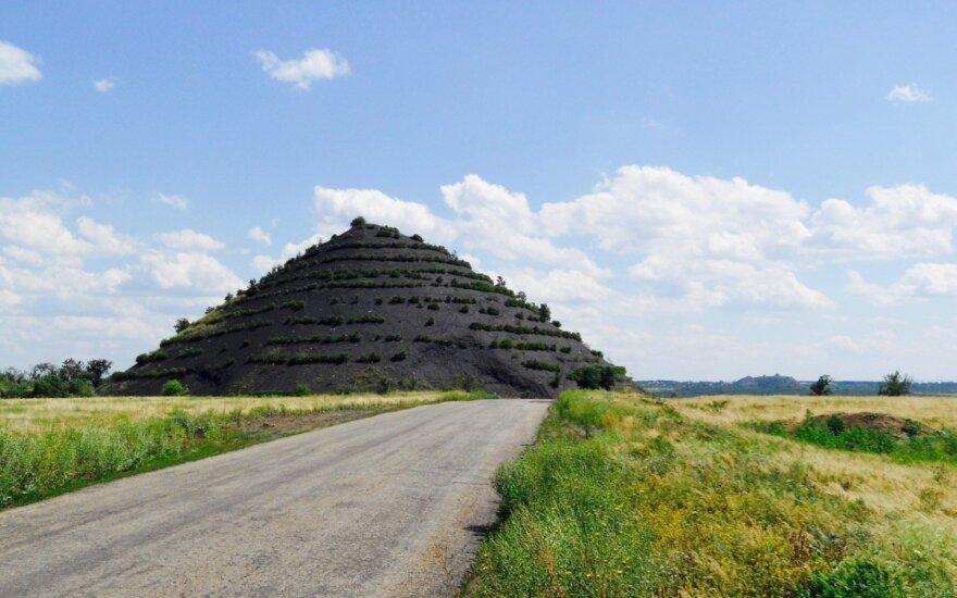 Террикон из поднятой на поверхность породы рядом с шахтой между Снежным и Шахтерском на неподконтрольной Украине территории.