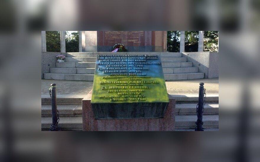 В Вене памятник советским воинам раскрасили в цвета украинского флага