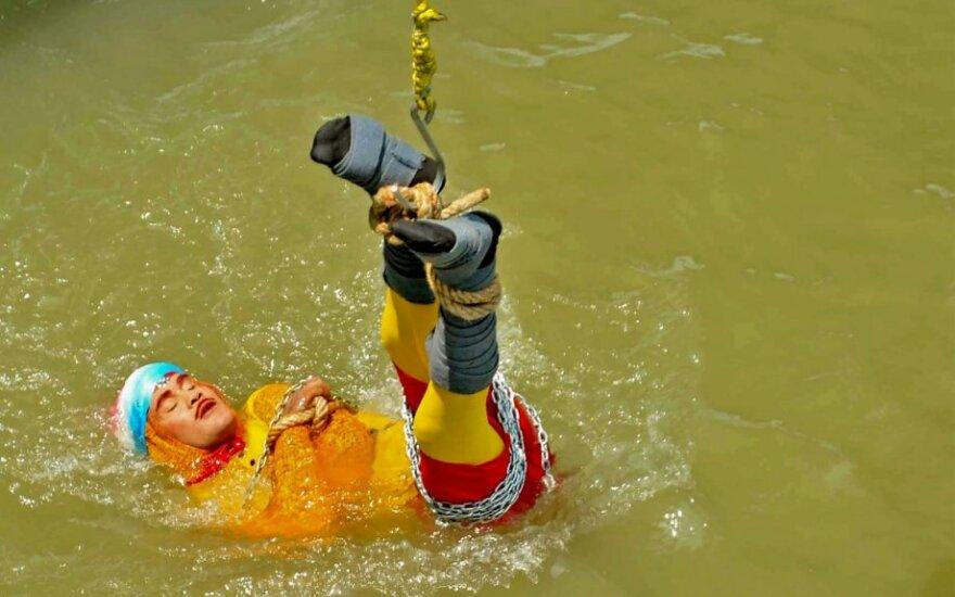 Virvėmis surištas Chanchalas Lahiri nuleidžiamas į Gango upę