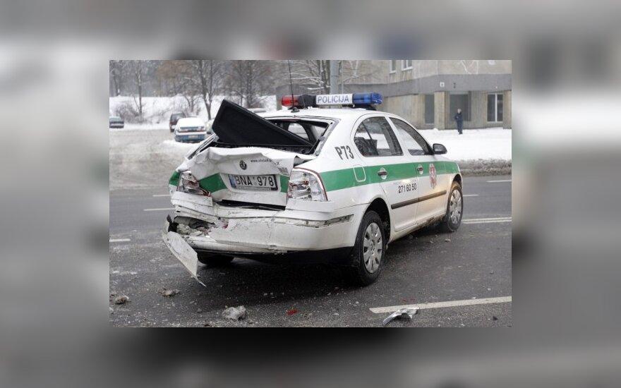 В Вильнюсе внедорожник врезался в полицейский автомобиль