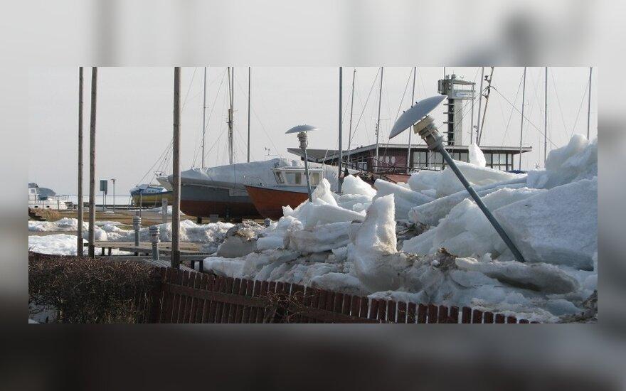 В Ниде лед опасно налезает на берег