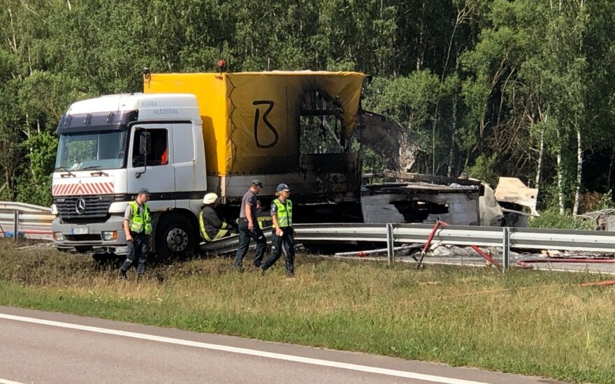 На дороге Вильнюс-Паневежис столкнулись и загорелись тягачи, погиб один человек