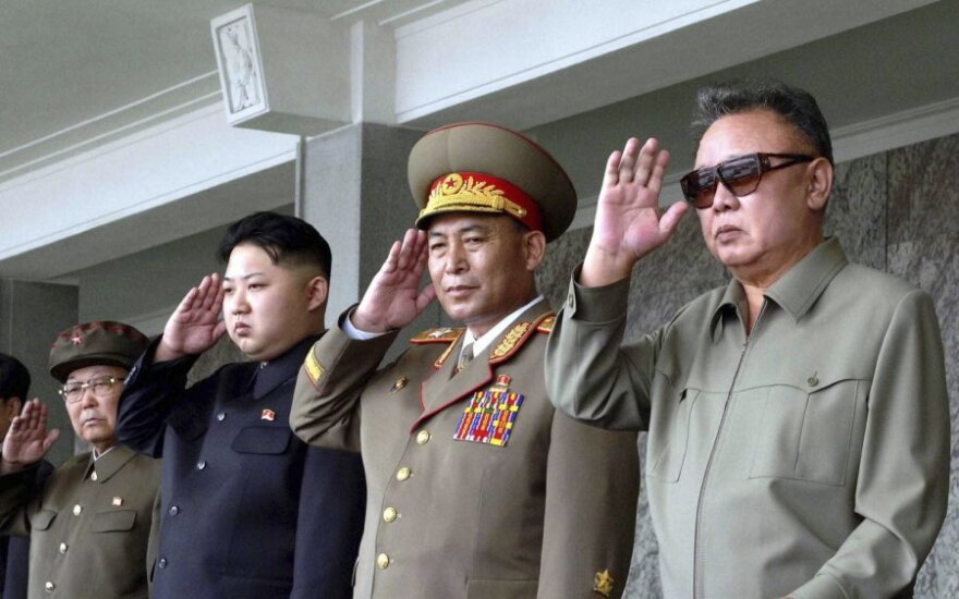 Kim Jong Unas (Kim Čen Unas) - antras iš kairės