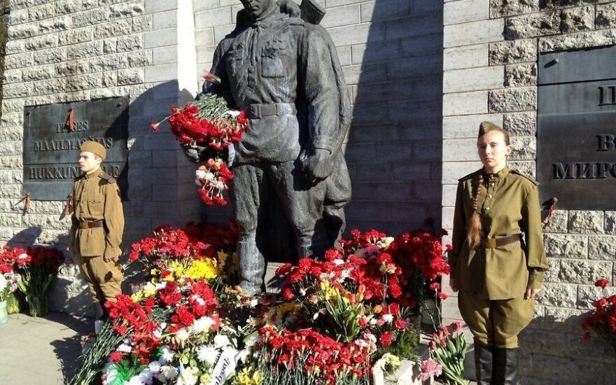 Эстония: у Бронзового солдата несут вахту люди в форме военных лет