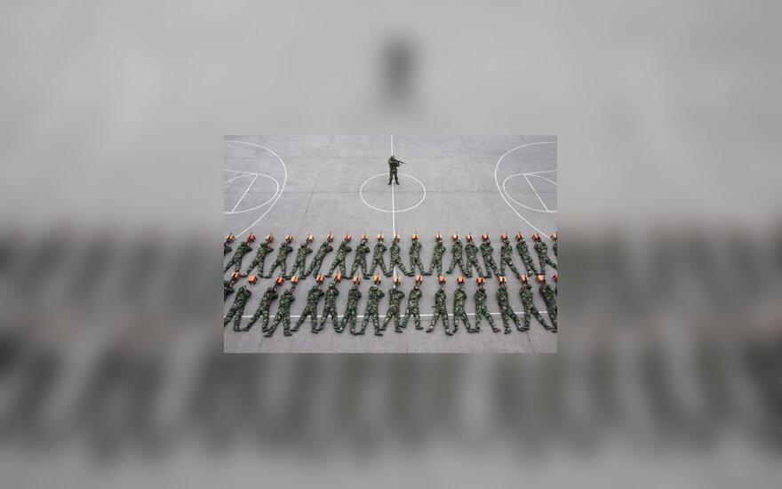 Kinijos sukarintos policijos pareigūnai treniruotėje