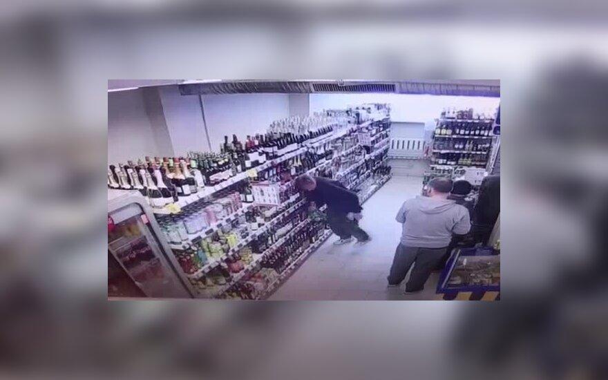 В ТЦ Maxima мужчина ударился головой в полки с алкоголем