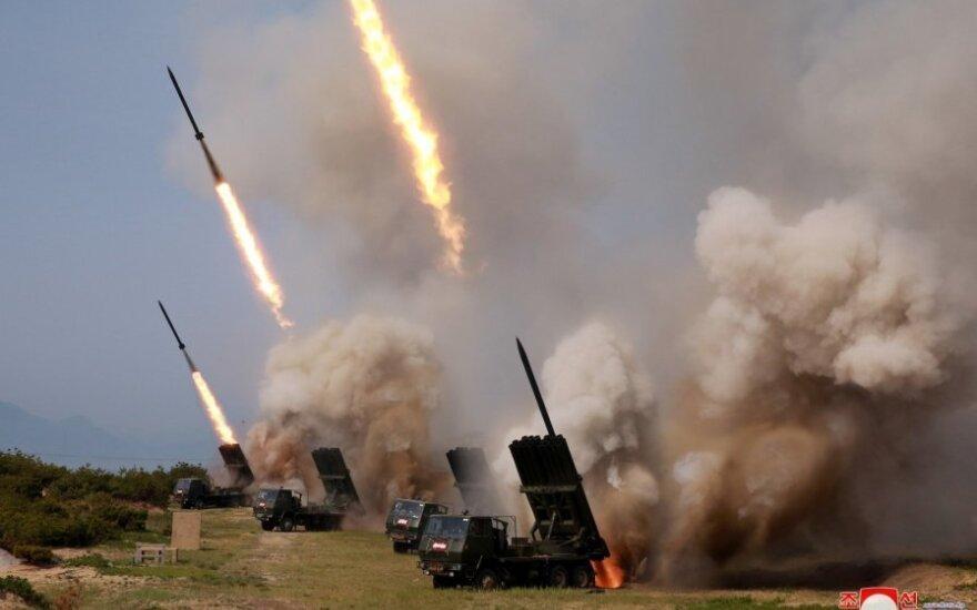 Šiaurės Korėja surengė salvinės raketinės ugnies sistemų bandymus