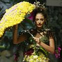 Per Biomadų šou modelis demonstruoja Kolumbijos dizainerės Elizabeth Trujillo kūrinį.