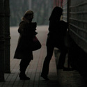 Moterys lipa į traukinį
