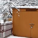 Gausybė sniego šalia įvažiavimo į garažą
