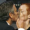 Aktorius George`as Clooney bučiuojasi su Tilda Swinton