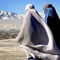 Afganistanietės eina Kabulo gatve