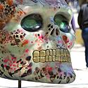 Gatvės menininkai išmargino milžiniškas kaukoles, švęsdami mirties dieną Meksikoje