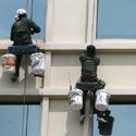 Darbininkai įstatinėja viešbučio langus