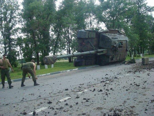 http://g4.dcdn.lt//images/pix/v-rossii-po-puti-v-ukrainu-perevernulsya-tank-65292206.jpg